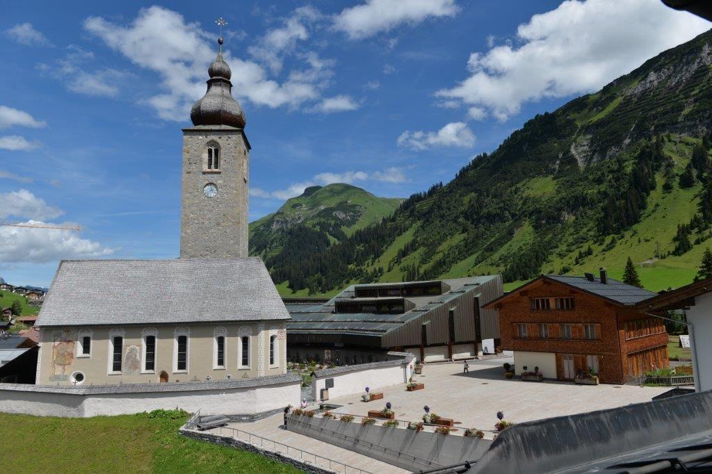 ホテルの部屋から真正面に見える教会 そして教会のすぐ右横、グレーの傾斜屋根の建物がコンサート会場。