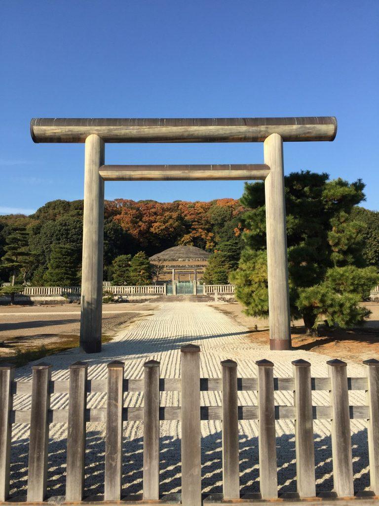 秋晴れ、冬晴れの日の明治天皇陵