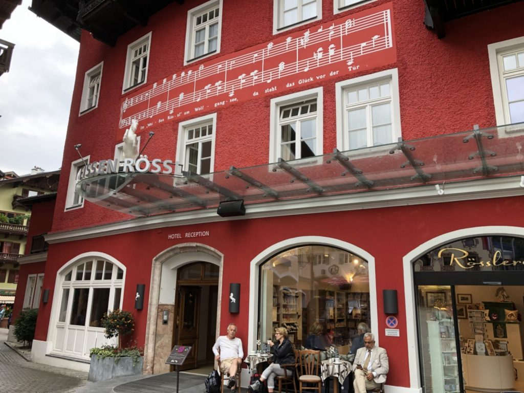 St.Wolfgang ザンクト ヴォルフガングのホテル Weissen Rössl 白馬亭。 ベナツキーのオペレッタ「白馬亭」の舞台。だから壁に楽譜が。 近くにはschwarzen Rössl 黒馬亭も。